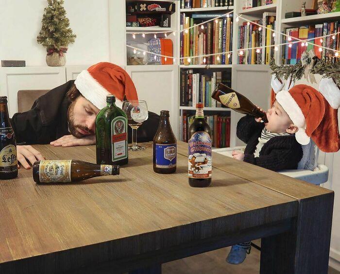 Feliz-Natal Pai faz essas fotos hilárias quando sua esposa pede para ele ficar sozinho com as crianças; confira